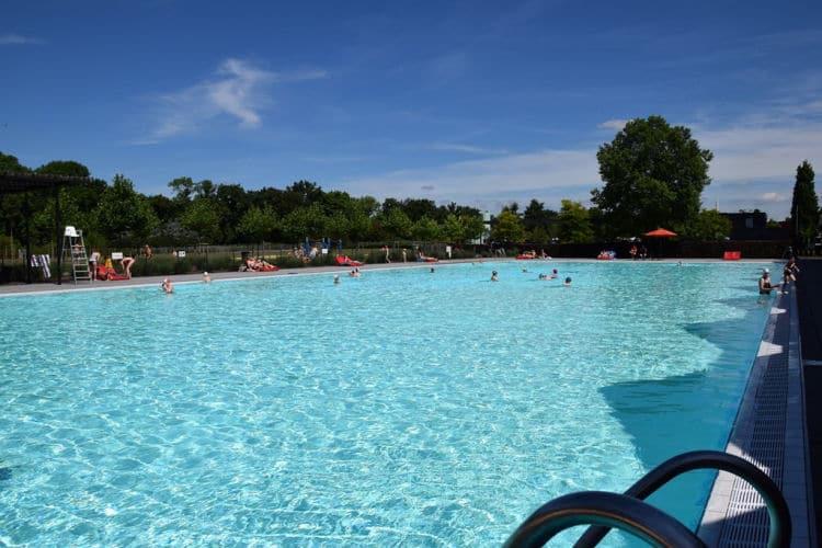 Grote zwembad van Chevetogne