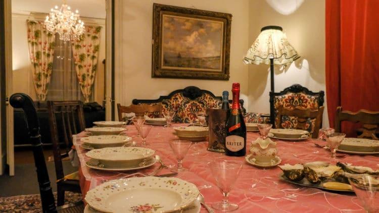 De gezellige eetkamer, rijkelijk gedekt voor een heerlijk diner