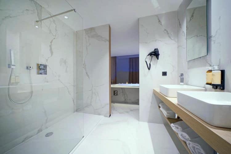 De badkamers zijn echt super mooi en super strak afgewerkt.