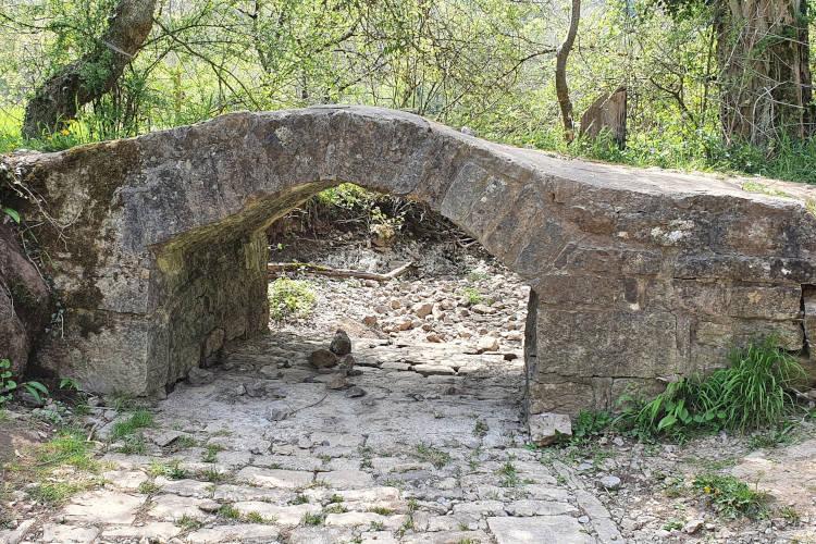 Stenen brug bij de droge rivierbedding
